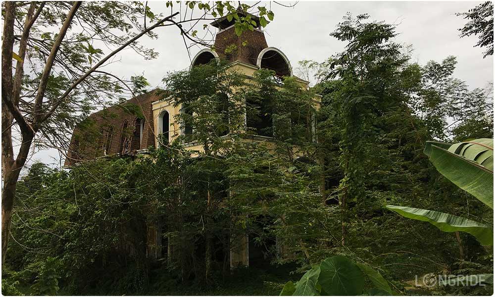 Руины отеля на северо-востоке Пхукета